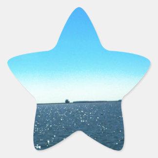 Cielo azul sobre el lago chispeante pegatina en forma de estrella