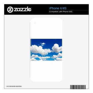 Cielo azul soleado con las nubes blancas iPhone 4 calcomanías