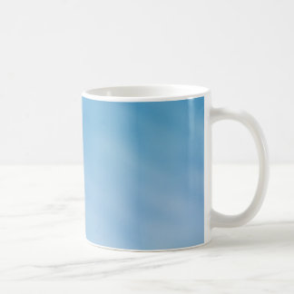 Cielo azul suave hermoso con las nubes soñadoras taza de café