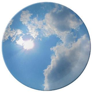 Cielo azul vibrante con el sol y la foto de las platos de cerámica