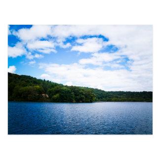 Cielo azul y aguas tranquilas en primavera tarjeta postal