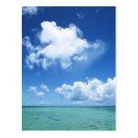 Cielo azul y el mar postal