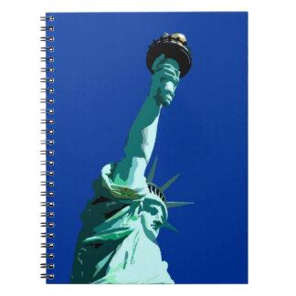 Cielo azul y estatua del cuaderno del arte pop de
