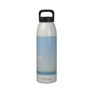 Cielo azul y fotografía pacífica del océano del ma botella de beber
