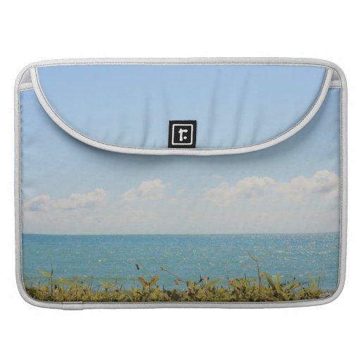 Cielo azul y fotografía pacífica del océano del ma fundas macbook pro