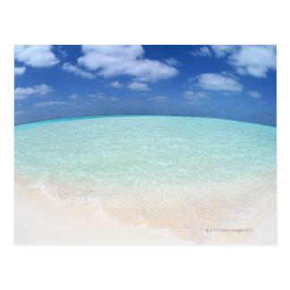 Cielo azul y mar 12 postal