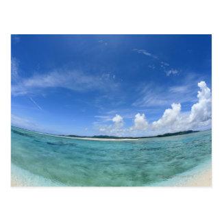 Cielo azul y mar 3 postal
