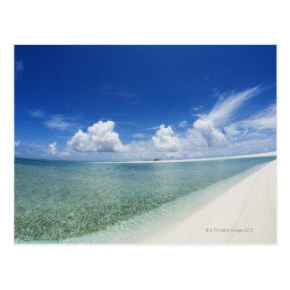 Cielo azul y mar 4 postal