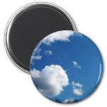 cielo azul y nubes blancas imán
