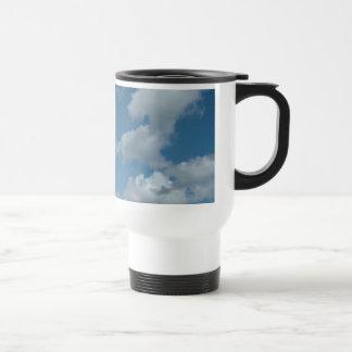 cielo azul y nubes blancas taza de viaje de acero inoxidable