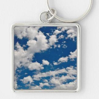 Cielo azul y nubes llavero cuadrado plateado