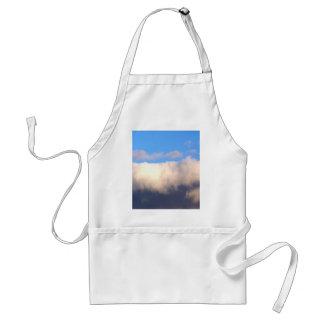 Cielo azul y nubes oscuras delantal