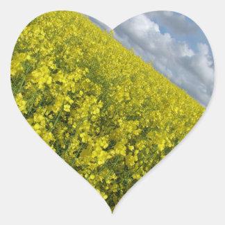 Cielo azul y nublado del agaisnt amarillo de la pegatina en forma de corazón