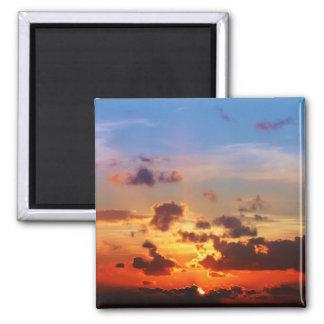 Cielo azul y puesta del sol roja imán cuadrado