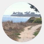 Cielo claro hermoso en la playa etiquetas redondas