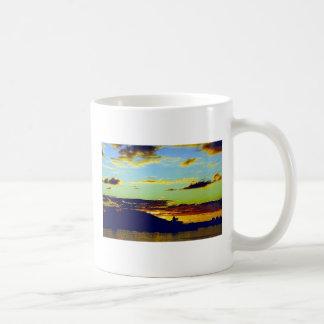 Cielo coloreado hermoso en una taza blanca clásica