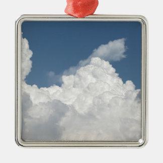 Cielo con las nubes de cumulonimbus de los adorno navideño cuadrado de metal