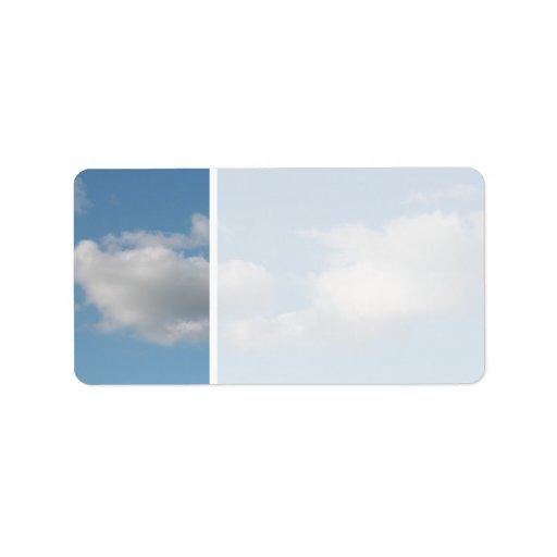 Cielo con las nubes etiqueta de dirección