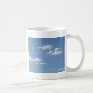 Cielo de azules claros Wispy de las nubes Taza Básica Blanca