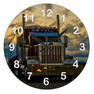 Cielo de la parada de camiones reloj