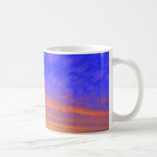 cielo de la puesta del sol en taza artificial de
