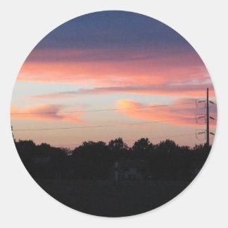 Cielo de la puesta del sol pegatina redonda