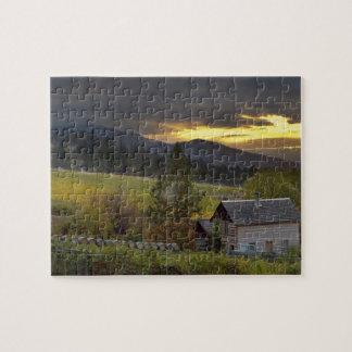 Cielo de la puesta del sol sobre viñedos y la caba puzzle