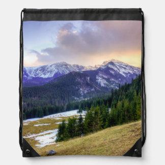 Cielo de la puesta del sol y montañas nevadas