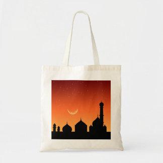 Cielo de la tarde de la silueta de la mezquita -