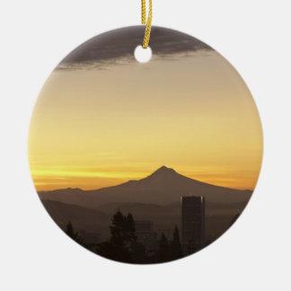 Cielo del amanecer sobre Portland y la capilla del Adorno Navideño Redondo De Cerámica