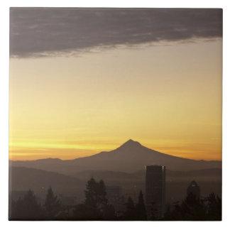 Cielo del amanecer sobre Portland y la capilla del Azulejo Cuadrado Grande