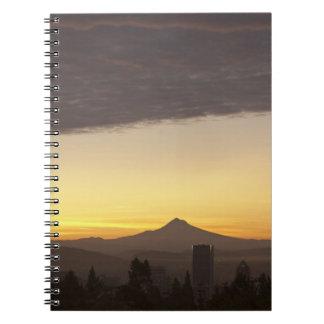 Cielo del amanecer sobre Portland y la capilla del Libretas Espirales