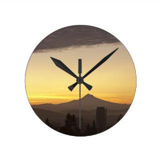 Cielo del amanecer sobre Portland y la capilla del Reloj De Pared
