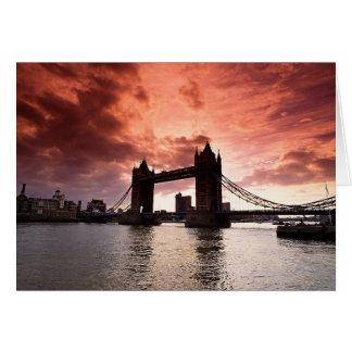 Cielo del rojo del puente de la torre tarjeta de felicitación