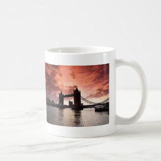 Cielo del rojo del puente de la torre tazas