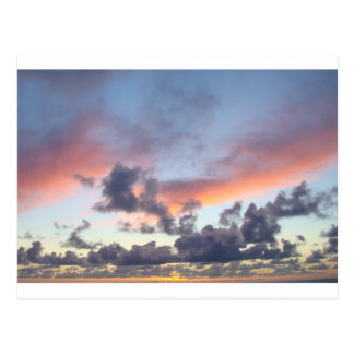Cielo dramático de la puesta del sol postales