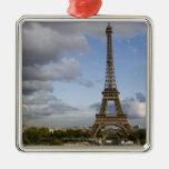 cielo dramático detrás de la torre Eiffel Adornos De Navidad