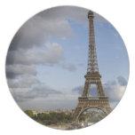 cielo dramático detrás de la torre Eiffel Plato De Cena