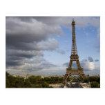 cielo dramático detrás de la torre Eiffel Postal