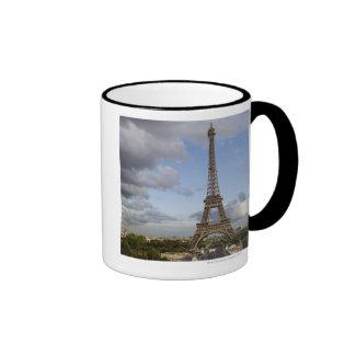 cielo dramático detrás de la torre Eiffel Tazas