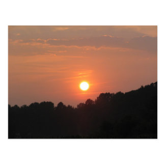 Cielo en la puesta del sol postal