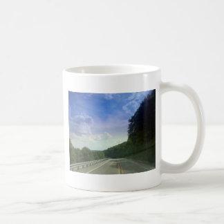 Cielo hermoso de la tarde taza de café