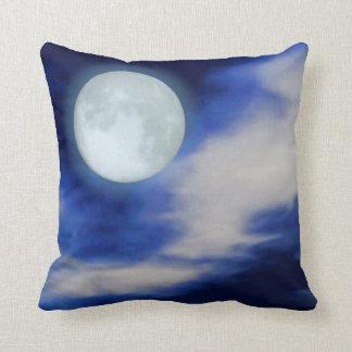 Cielo nocturno con la luna y las nubes almohadas