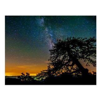 Cielo nocturno de la montaña tarjeta postal