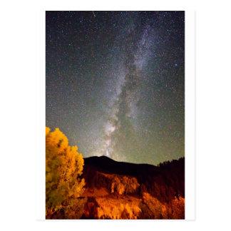 Cielo nocturno de la vía láctea del otoño postal