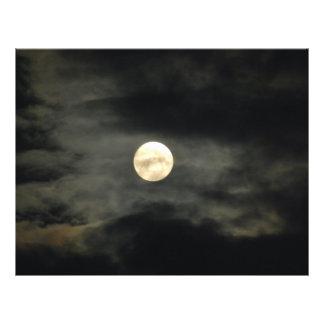 """Cielo nocturno - Luna Llena y nubes oscuras Folleto 8.5"""" X 11"""""""