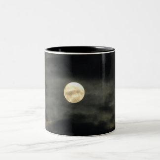Cielo nocturno - Luna Llena y nubes oscuras Taza
