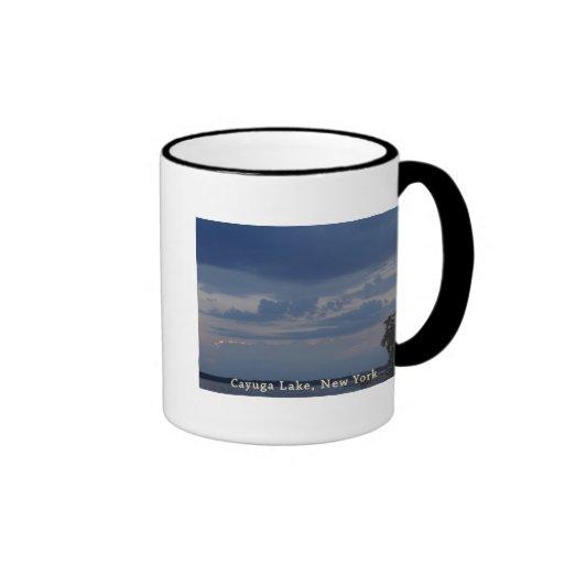 Cielo nublado del lago Cayuga Tazas De Café