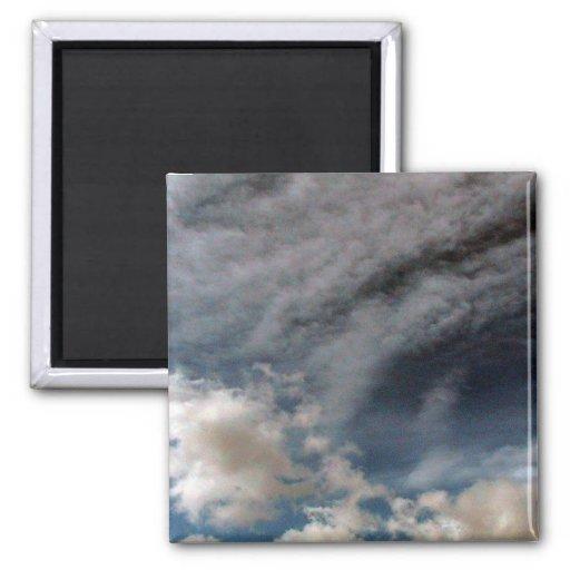 Cielo por completo de nubes oscuras imán cuadrado