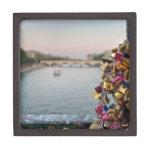 Cielo precioso de la tarde en París con las Cajas De Joyas De Calidad